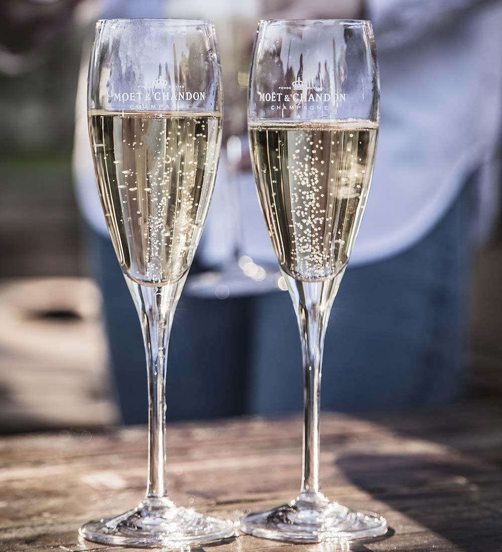 twee champagne glazen met sprankelende wijn