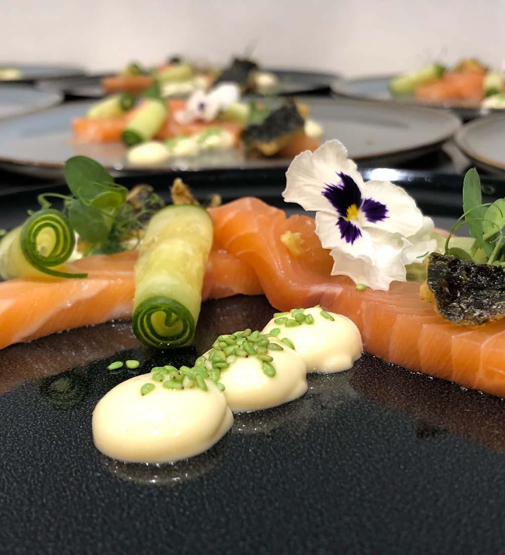 Shashimi met wasabi mayonaise en frisse garnering