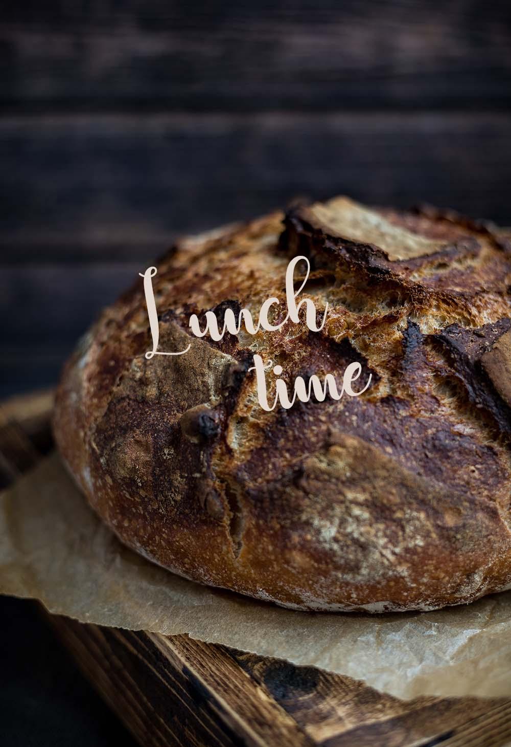 Ambachtelijk gebakken brood op robuuste plank